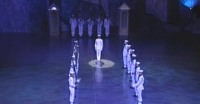 18 моряков стоят не двигаясь. Но один возглас офицера, и начинается нечто фантастическое!