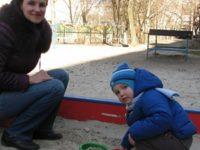 Мальчик взял горсть песка и кинул в глаза моему ребенку! А мама сказала: правильно! — «у нас свободное воспитание, мы ничего не запрещаем