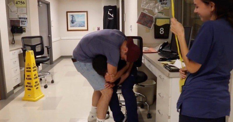 Молодой человек навестил друга в больнице. Тот разрыдался, когда увидел, что написано на табличке