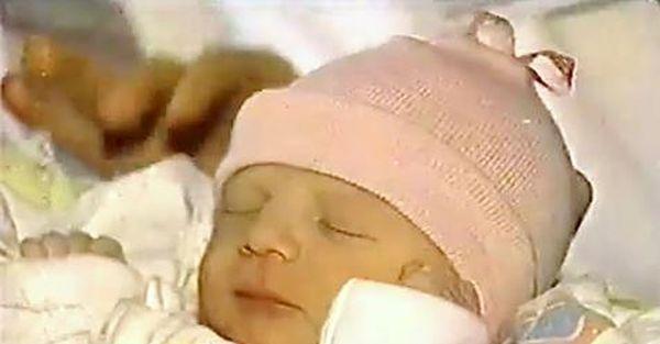 Строитель находит этого младенца в мусорном контейнере. 20 лет спустя, ему сообщили…