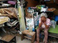 Женщина думала, что потеряла все, пока незнакомцы не начали копаться в обломках ее дома.