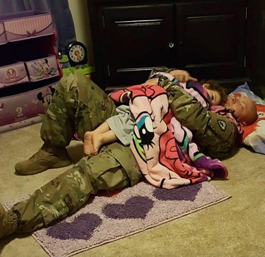 Между этими мужчиной и малышкой нет кровного родства. Но они — отец и дочь!