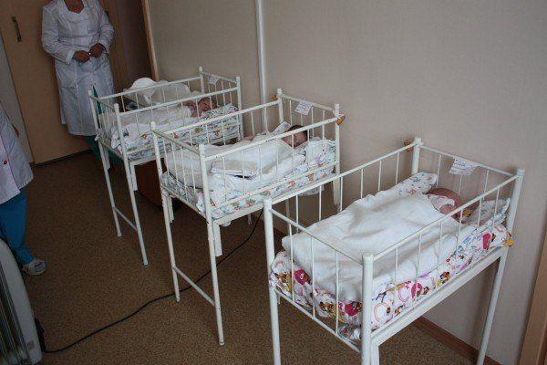 В Красноярске женщина оставила новорожденную девочку в траве возле Дома ребенка. В одеяло, которым был укутан ребенок, была вложена записка....
