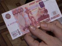 Шла в банк кредит оплатить. Вижу в снегу лежат скомканные светло-красные бумажки.