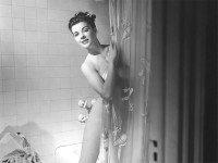 Муж заходит в душ в то время, как его жена только закончила мыться. Раздается дверной звонок.