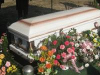 На похоронах они услышали звуки, которые доносились из гроба. То, что они там обнаружили, точно Вас шокирует!