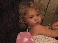 Беспомощная 5-летняя девочка смотрела, как над ее младшей сестрой издевались. Все выяснилось только тогда, когда пришла мама.