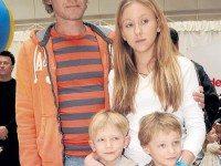 Родить — не главное. Кто из российских знаменитостей воспитывает усыновленных детей
