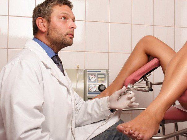 Девушка зашла в кабинет к женскому врачу и, увидев, что доктор — мужчина, начала