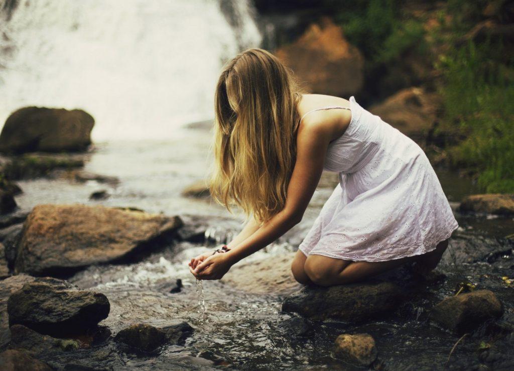 Женщина у реки