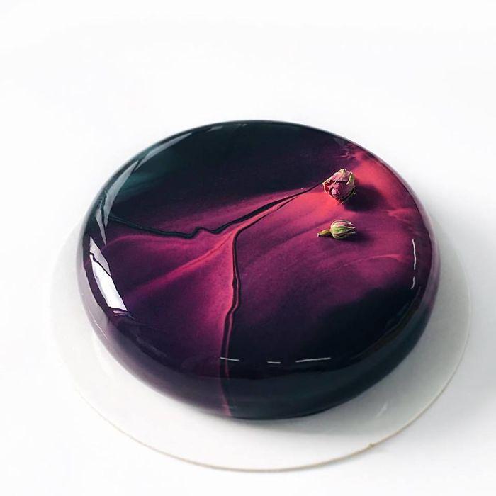Девушка создает глазированные зеркальные торты, в которых можно увидеть свое отражение