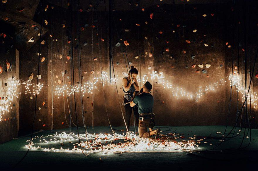 Скалолаз сделал предложение своей девушке, и это был самый романтичный способ из всех возможных