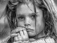 Маленькая девочка сидела на скамейке