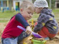 Мальчик взял горсть песка и кинул в глаза моему ребенку!