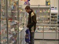 Молодой парень в аптеке
