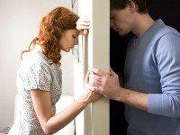 Жена открывает дверь. Муж на пороге виновато улыбается.