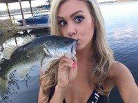 Муж рано утром собирается на рыбалку.