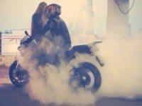 Парень гонит на мотоцикле под 180 км/час.