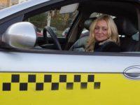 Женщина водитель в такси