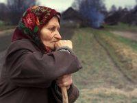 В деревне старушка осталась вдовой