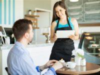 Эта мать поддержала своего сына, когда он грубил официантке. Но остолбенела, когда другой клиент сказал это!