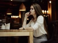 Мужчина замечает девушку, которая пыталась что-то скрыть в ресторане. То, что он попросил сделать официанта — это бесценно!