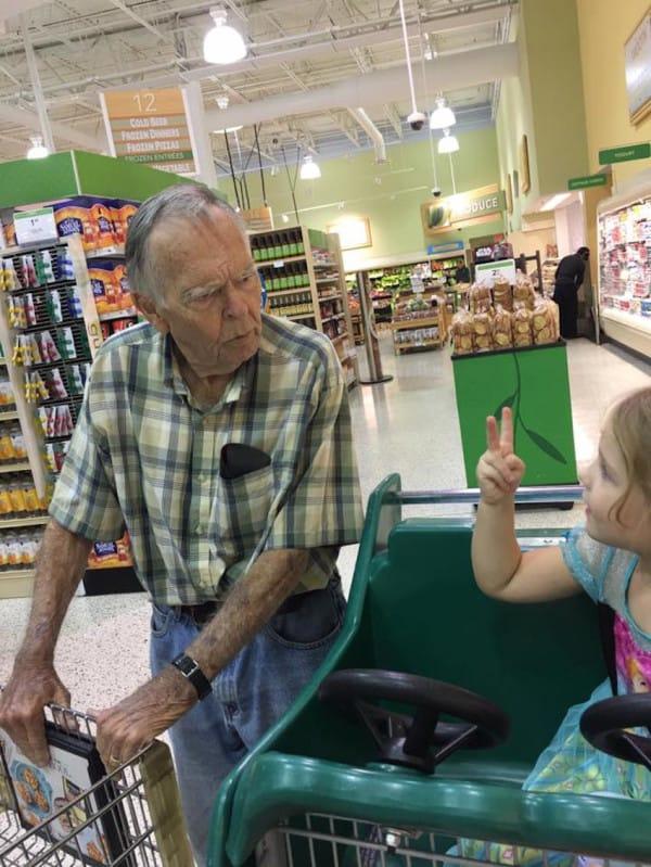 Избалованная 4-летняя девочка крикнула незнакомцу: Эй, старик!. Вот как он ей ответил!