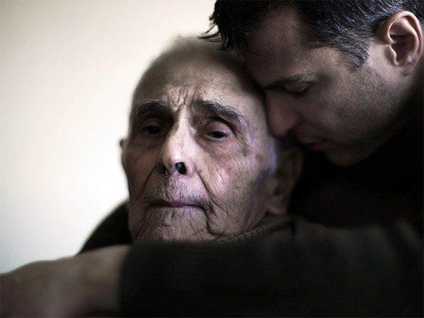 Они смотрели с отвращением на пожилого человека. Но потом случилось ЭТО.