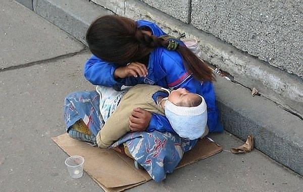 Почему спит ребенок? Всегда спит на руках у попрошаек. Вы никогда не задумывались?