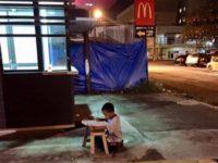 Студентка заметила, что он делает уроки при свете из окон «Макдональдса», и это изменило его жизнь