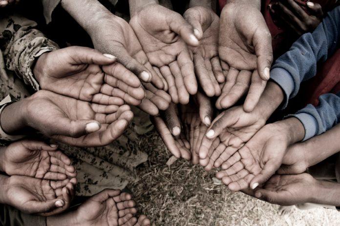 Бедная маленькая девочка попросила у мамы что-нибудь, что можно было принести в школу, в качестве пожертвования для бедных, но мать ей отказала.