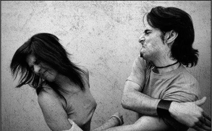 Она услышала, как он кричит на свою подругу, а затем бьет ее.