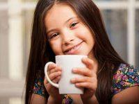 Она была беспомощна, когда муж ругал ее маленькую дочь за разлитое какао.