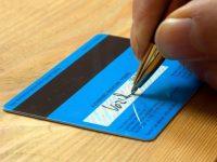 Этот продавец отказался принимать его кредитную карточку без подписи.