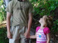 Родители сказали, что этот подросток должен самостоятельно заботиться о его восьмилетней сестре.