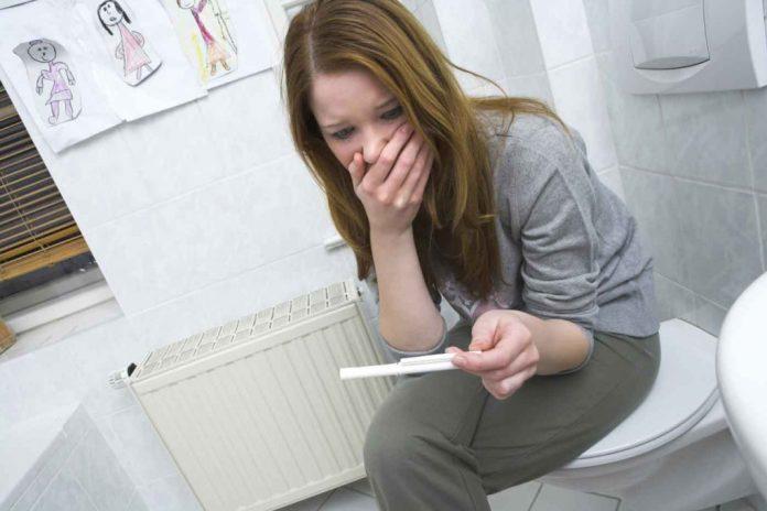 Мать-подросток скрывает свою беременность в школе