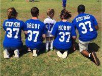 Зрители были ошеломлены, когда четверо родителей подбадривали девочку на футбольном матче