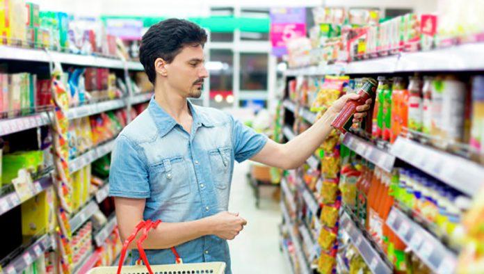 Мужчина делал покупки в магазине.