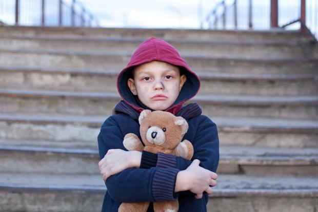 Они пригласили беспризорника погреться в магазин. На следующий день мальчишка довел всех до слез!