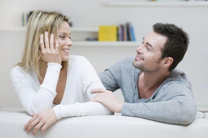 Мужчина сидел в гостиной, разговаривая с женой