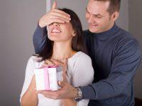 Почти слепой мужчина зашел в магазин сексуального нижнего белья, чтобы купить своей жене самый прозрачный и эротический комплект