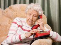 Бабушка дает указания внуку, который должен прийти к ней со своей женой