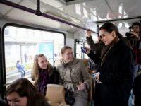 Еду с работы в троллейбусе. Несколько молодых людей стоят у двери и беседуют