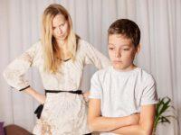 Она начала плакать, когда ее сын выбросил подарок, который она купила ему на день рождения