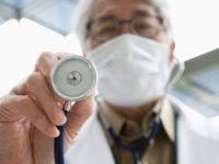 Китайский доктор не мог найти работу в больнице в США, поэтому он открывает свою собственную клинику