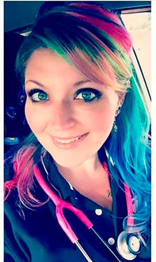 Кассир осудила ее из-за цвета волос. Но ее ответ поставил кассира на место!
