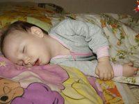 Когда девочке было полгода, она крепко уснула (это не кома, а именно сон). С тех пор малышка спит по пять суток, и просыпается лишь на пару часов…