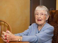 Пожилая леди присматривала за своей правнучкой, но ее реакция на просьбу подруги – умора!