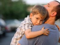 Ребенок плакал, когда подошел к нему, потому что потерялся