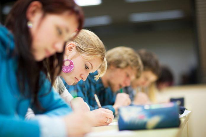 Школьный учитель не позволил девушке выйти в уборную.